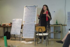 Nora Lohmanns leitet einen Workshop