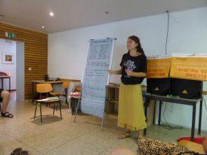 Mira Leiendecker leitet einen Workshop beim Shäffiesingen